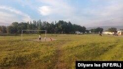 Бағыс ауылының сыртындағы футбол алаңы. Сарыағаш ауданы. Оңтүстік Қазақстан облысы. 16 мамыр 2018 жыл.