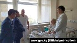 Джунушалиев во время встречи с пострадавшими в московской больнице.