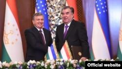 Эмомали Рахмон и Шавкат Мирзияев после подписания 27 новых документов о сотрудничестве между Таджикистаном и Узбекистаном. Душанбе, 9 марта 2018 года