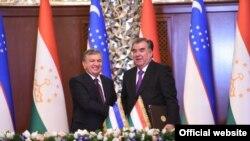 Шавкат Мирзияев и Эмомали Рахмон после подписания 27 новых документов о сотрудничестве между Узбекистаном и Таджикистаном. Душанбе, 9 марта 2018 года.