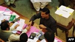 Синд провинциялық ассамблеясының депутаты президент сайлауға дауыс беріп жатыр. Карачи, Пәкістан, 30 шілде 2013 жыл