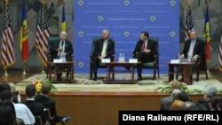 Senatorii americani adresîndu-se studenților la ASEM