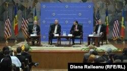 Американские сенаторы общаются со студентами Академии экономических знаний Молдовы