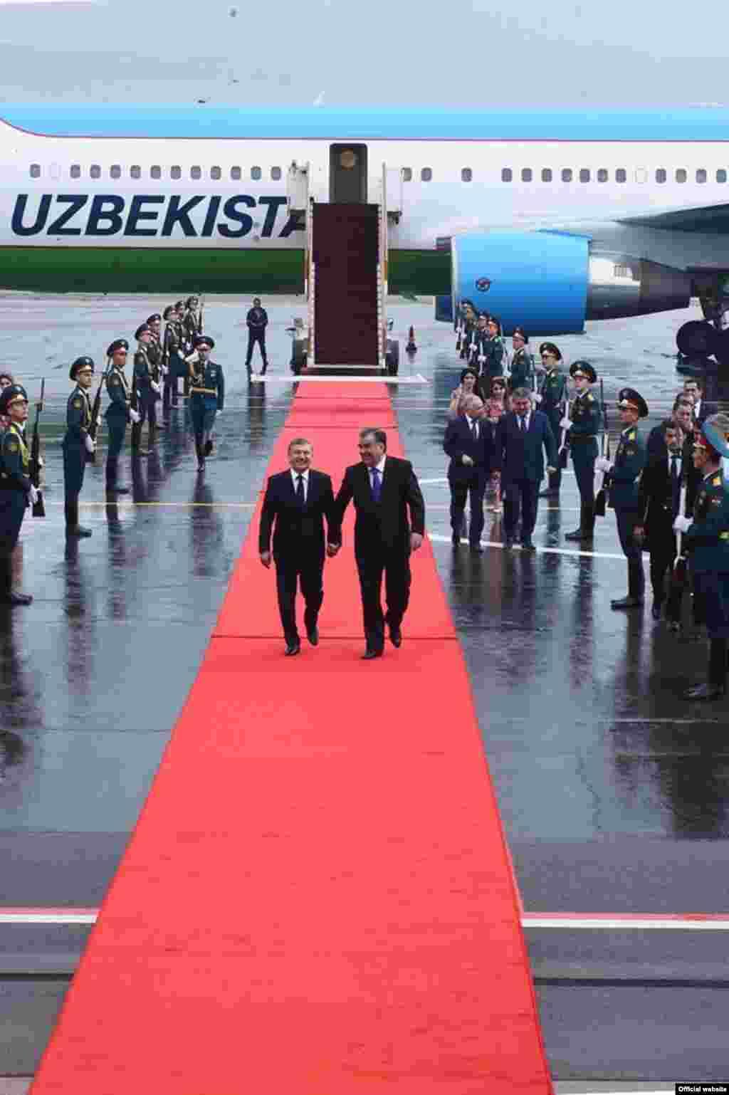 В международном аэропорту города Душанбе узбекского президента встретили президент Таджикистана Эмомали Рахмон и другие официальные лица, передает Таджикская служба РСЕ/РС.