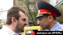 Активист Аргишти Кивирян и полицейский, Ереван, 31 мая 2017 г.