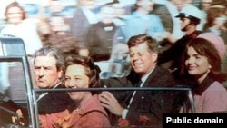 Američki predsjednik John F. Kennedy sa suprugom neposredno prije atentata, Dallas, 22. novembar 1963.