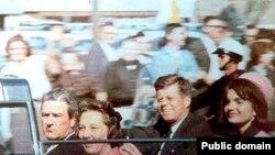 Президент США Джон Кеннеди с супругой за несколько минут до убийства