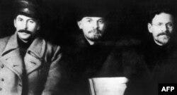 6. იოსებ სტალინი (მარცხნივ), ვლადიმირ ლენინი და მიხაილ კალინინი კომუნისტური პარტიის მეექვსე ყრილობაზე. მოსკოვში, 1919 წლის მარტი.