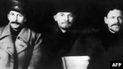 Йосип Сталін (зліва), Володимир Ленін і Михайло Калінін під час зустрічі на восьмому з'їзді Російської комуністичної партії (більшовиків) у Москві в березні 1919 року