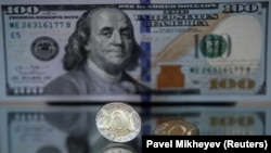 200-тенговая монета и банкнота номиналом 100 долларов.