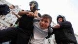 Polisiýa işgärleri protestçini tussag edýärler. Moskwa. 9-njy sentýabr, 2018 ý.