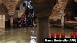 Італійське місто Венеція пережило ввечері 12 листопада другу найгіршу повінь за час регулярної фіксації рівня води з кінця 19-го століття