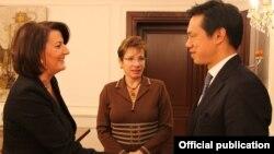 Presidentja Atifete Jahjaga(majtas) priti zv.ndihmëssekretarin e shtetit të SHBA-së, Hoyt Yee.