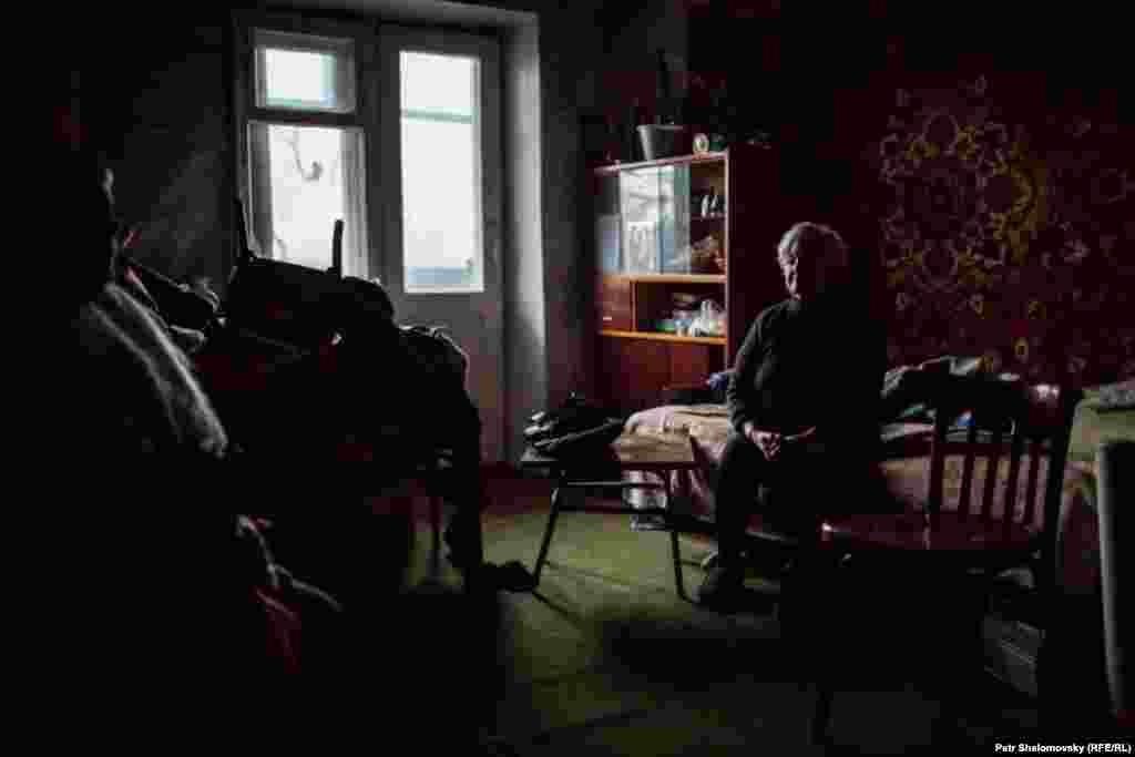 Раїса Казакова в своїй квартирі, де вона живе з 9-ма сусідами, які втратили свої будинки. Дебальцеве