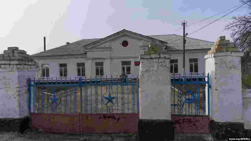 Сільська школа, у дворі якої встановлений бюст командиру радянського партизанського загону Андрію Литвиненку. Група діяла в тутешніх місцях за часів Другої світової війни. Він загинув у бою з німецькими військами в березні 1942 року. На його честь перейменували кримськотатарське село Кентугай