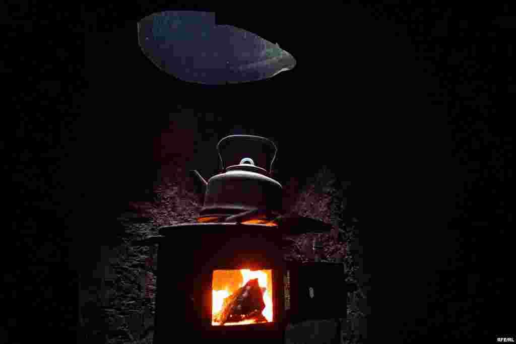 Печка-буржуйка в блиндаже позволяет согреться, а также подогреть воду для чая и кофе.
