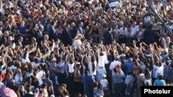 Երևանի Հանրապետության հրապարակում հավաքված հազարավոր մարդիկ ողջունում են Հռոմի Պապին, 25-ը հունիսի, 2016թ.