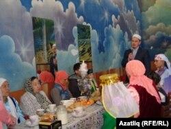 Сарапул мәчете имамы Әхмәт хәзрәт Халиков чыгыш ясый