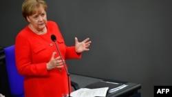 Ангела Меркель выступает в Бундестаге