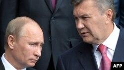 Ресей президенті Владимир Путин (сол жақта) мен Украина президенті Виктор Янукович. Киев, 27 шілде 2013 жыл.