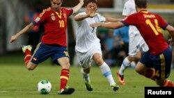 Полузащитник Испании Фабрегас Сеск делает передачу в матче Кубка конфедераций против Уругвая. Ресифи, 16 июня 2013 года.