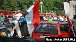 عراقيون مهاجرون يرفعون علم بلادهم