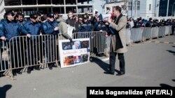 С заявлениями в поддержку обвиняемых выступили в руководстве США и ЕС. Отдельные западные лидеры предупредили грузинское руководство, что выдвижение обвинений против экс-президента приведет к срыву процесса по сближению Грузии с Европой