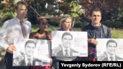 Protesters supporting jailed RFE/RL Turkmen Service contributor Saparmamed Nepeskuliev, at Turkmen Embassy in Washington (28 October 2016)