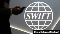 سوئیفت بیش از ۱۱ هزار بانک و موسسه مالی در ۲۰۰ کشور جهان را با یکدیگر مرتبط میکند.
