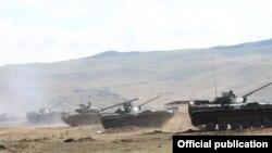 Российские танки проводят учения в Армении