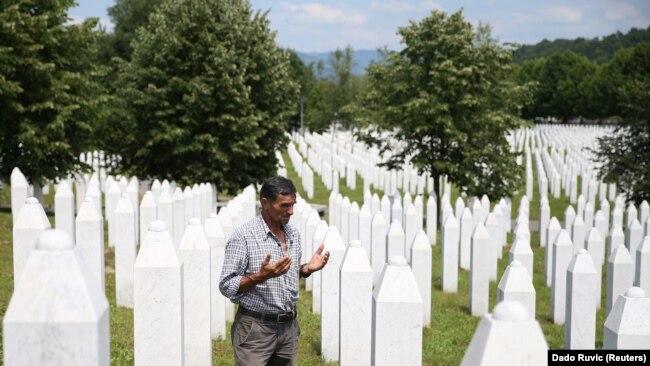Ramiz Nukiq lutet pranë varreve të babait dhe dy vëllezërve të tij në Memorialin Potoçari të Srebrenicës.