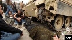 В Каире демонстранты пытаются удержать военных на площади Тахрир, чтобы туда не прошли сторонники президента