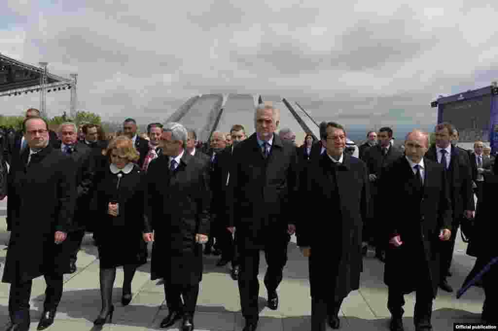 Президенты Армении, России, Франции, Сербии и Кипра в мемориалтном комплексе памяти жертв Геноцида армян Цицернакаберд, Ереван, 24 апреля 2015 г.