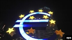 Some of the giant euro sculpture's stars have faded in Frankfurt and abroad.