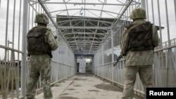Узбекские пограничники на посту вдоль границы с Кыргызстаном.