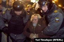 Policija privodi aktiviste prvih dana protesta u Moskvi nakon rezultata izbora