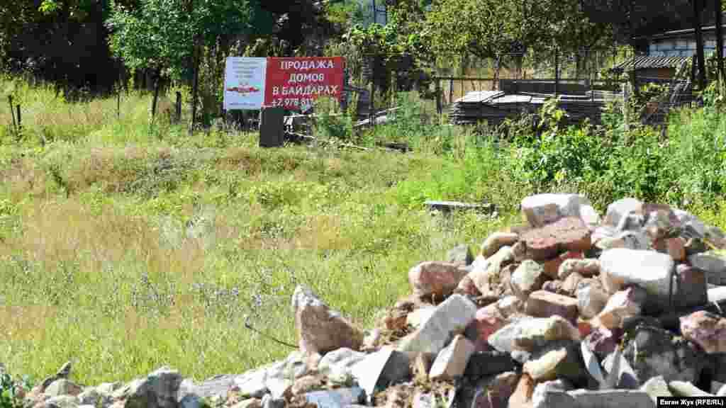 Свалка строительного мусора рядом с жилыми домами в Байдарской долине