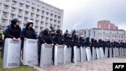 Сотрудники ОМОНа стоят на подступах к зданию администрации в Одессе. 3 марта 2014 года.