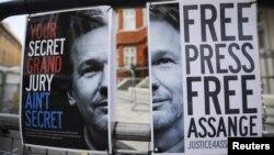 Плакаты в поддержку Эссанжа у посольства Эквадора в Лондоне.