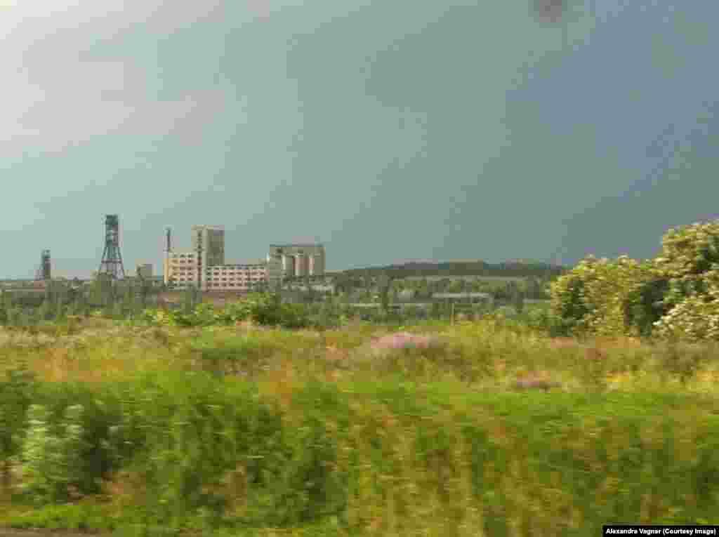 Типичный пейзаж востока Украины: угольная шахта на фоне бескрайних полей