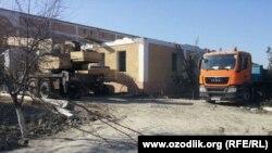 В Каттакурганском районе Самаркандской области сносят старое и строят новое здание районной больницы.