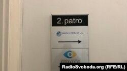Табличка біля офісу Britico Product у Празі