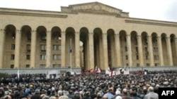Gürcüstan parlamentinin binası qarşısında etiraz aksiyaları adi haldır
