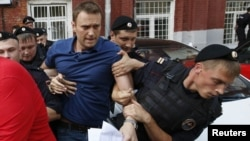 Moskë - Policia ruse duke arrestuar opozitarin Alexei Navalny (Q), 10Korrik2013