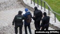 Belarus polisiýasy Minskde tussag edilen protestçini alyp barýar. 15-nji noýabr, 2020 ý.