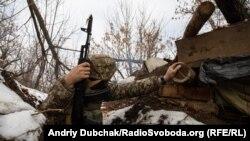 Український військовий в окопі під шахтою Бутівка на Донеччині, грудень 2019 року