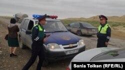 Полицейские машины на автодороге Актау — Каракия, задержавшие машину с репортером Азаттыка Санией Тойкен. 30 апреля 2016 года.