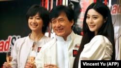 جکی چان در میان دو بازیگر زن فیلم حادثه شینجوکو در نمایش افتتاحیه این فیلم در سال ۲۰۰۹