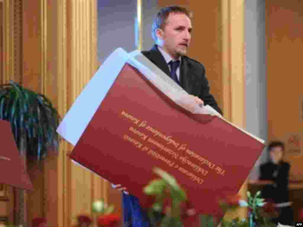 Папка с декларацией независимости Косова, 17 февраля 2008