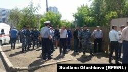 Судисполнители пытаются выселить семью Мейрамовых из дома по улице Иманова. На месте находятся полицейские и пожарные. Астана, 24 июня 2016 года.
